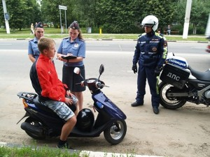 пьяный водитель управляет скутером
