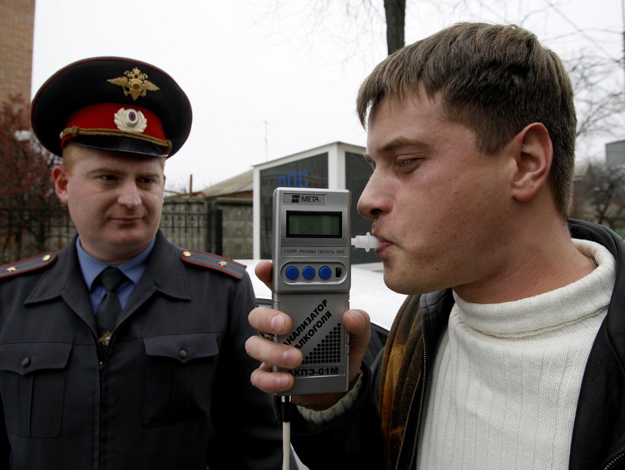 Проверка водителя алкотестером на состояние опьянения